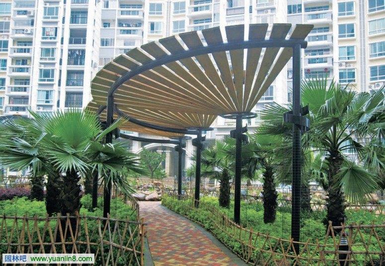核心释义:在园林游憩空间里可用做攀缘植物种植的支架或艺术观赏的构架性园林建筑景观。 设计要点: 1 景观花架可作遮阴休息之用,并可点缀园景;景观构架则在营造游憩空间的同时着重营造建筑景观。 2 花架设计要了解所配置植物的原产地和生长习性,以创造适宜于植物生长的条件和配合造型的要求。 3 花架高宜2.