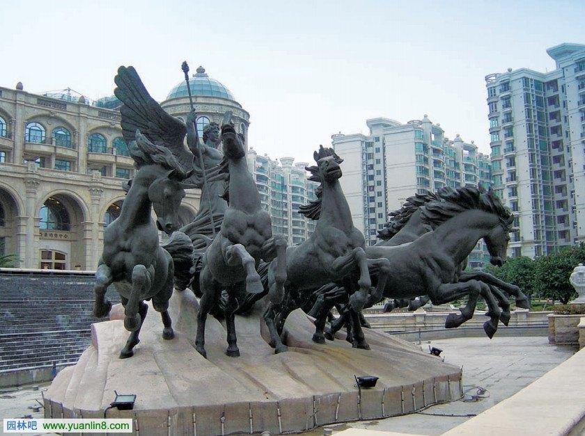 核心释义:以动物的艺术造型来装饰环境或表现主题的雕塑小品。 设计要点: 1 主要采用具象的艺术造型,半抽象的艺术造型一般采用夸张、变形的手法。 2 动物雕塑往往可以给园林环境带来生动性或趣味性。 3 动物雕塑常与喷泉结合成为喷水动物雕塑。 4 动物的选择应结合动物寓意、环境特点、表现主题等来确定。 小品实景图欣赏: