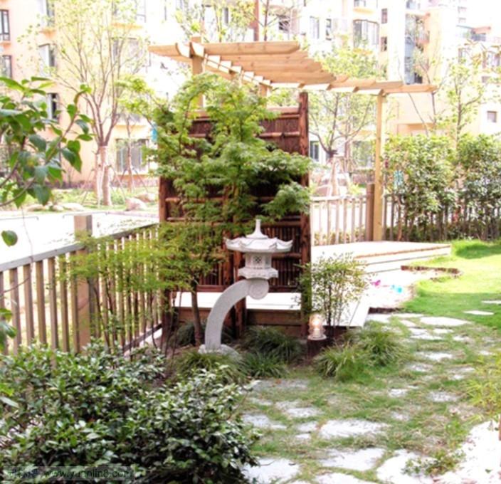 典型日式庭院小品的應用 該庭院面積有300多平方米,相對來說是一個較大的庭院,園主喜歡日式風格的庭院,因此設計師在庭院的入口處設置了一個日式太圍籬,很好的起到了分隔空間的作用,同時在日式太圍籬背景前擺放著一個石燈籠,既起到了點綴的作用,又突出了該園的風格,石燈籠底座四周圍繞著一片片麥冬,麥冬四季常綠。